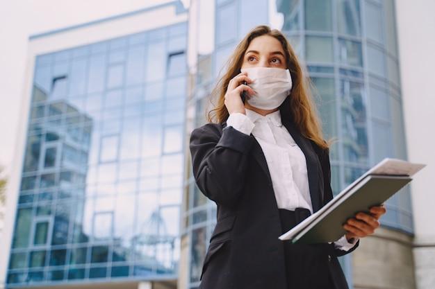 Geschäftsfrau, die draußen im bürogebäude der stadt steht