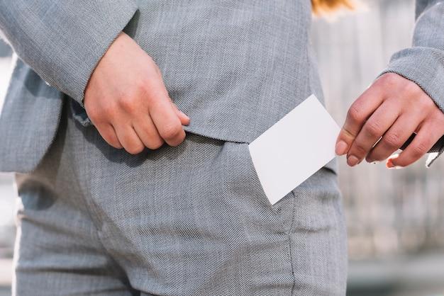 Geschäftsfrau, die draußen visitenkarte auszieht