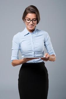 Geschäftsfrau, die durch digitales tablett arbeitet