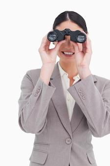Geschäftsfrau, die durch ferngläser schaut