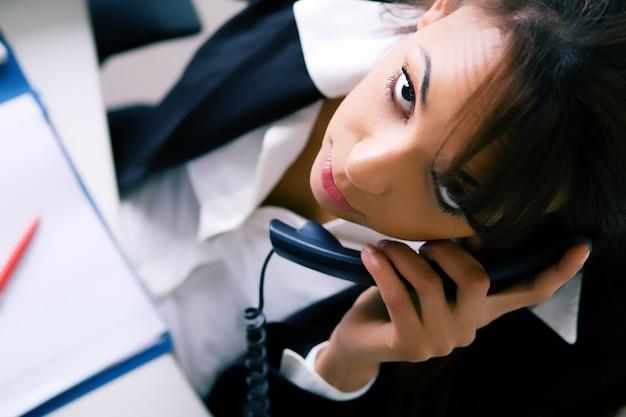 Geschäftsfrau, die durch telefon spricht