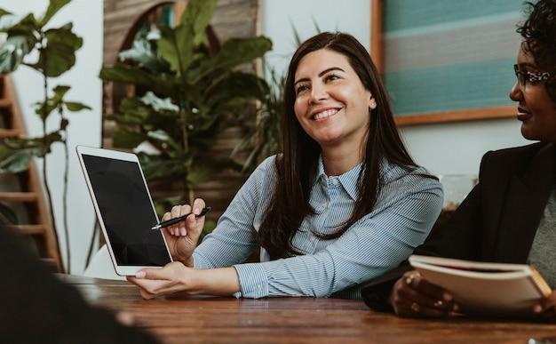 Geschäftsfrau, die ein digitales tablet-modell verwendet