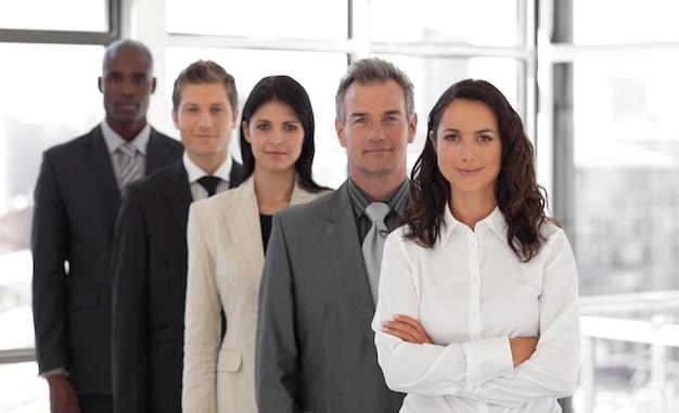 Geschäftsfrau, die ein geschäftsteam führt