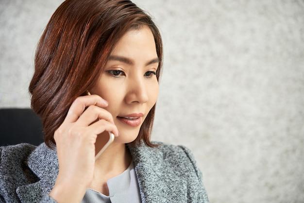 Geschäftsfrau, die ein gespräch am telefon hat