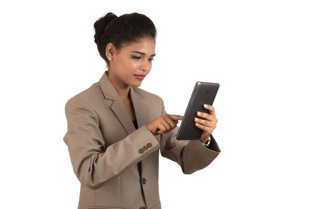 Geschäftsfrau, die ein handy oder smartphone lokalisiert auf einem weißen hintergrund verwendet