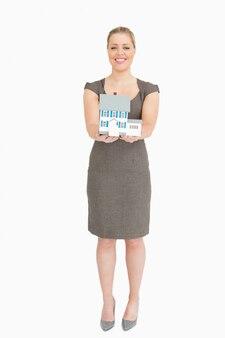 Geschäftsfrau, die ein musterhaus zeigt