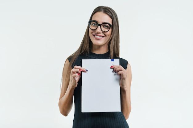 Geschäftsfrau, die ein sauberes weißes dokument zeigt