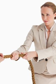 Geschäftsfrau, die ein seil zieht