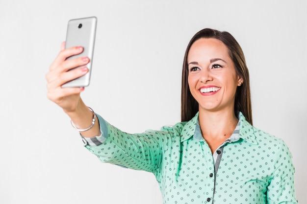 Geschäftsfrau, die ein selfie im büro nimmt