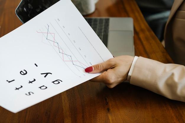 Geschäftsfrau, die ein strategiedokument überreicht