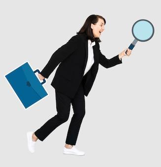 Geschäftsfrau, die ein vergrößerungsglas und einen aktenkoffer hält