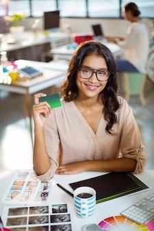 Geschäftsfrau, die eine kreditkarte hält