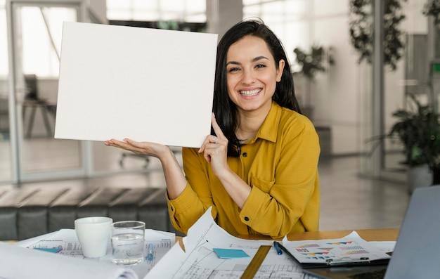 Geschäftsfrau, die eine leere karte hält