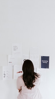 Geschäftsfrau, die eine marketingstrategie für handy-wallpaper plant