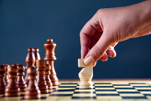 Geschäftsfrau, die eine partie schach spielt