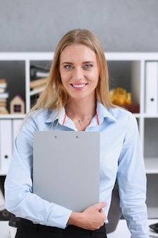 Geschäftsfrau, die eine schreibtafel hält