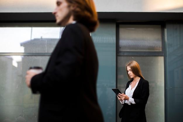 Geschäftsfrau, die eine tablette verwendet