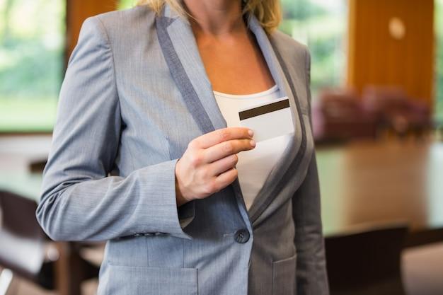 Geschäftsfrau, die eine weiße karte zeigt