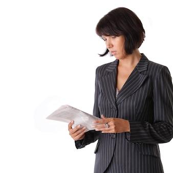 Geschäftsfrau, die eine zeitung liest