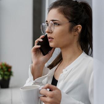 Geschäftsfrau, die einen anruf zu hause hat