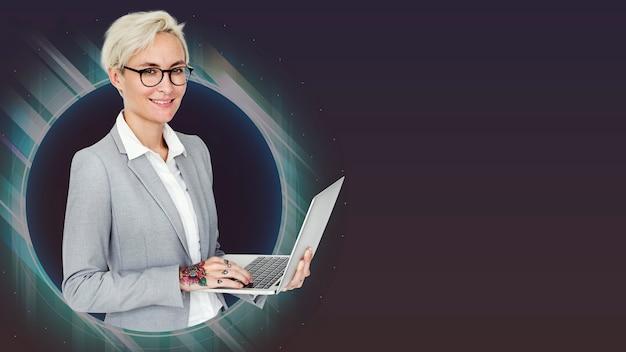 Geschäftsfrau, die einen computer verwendet