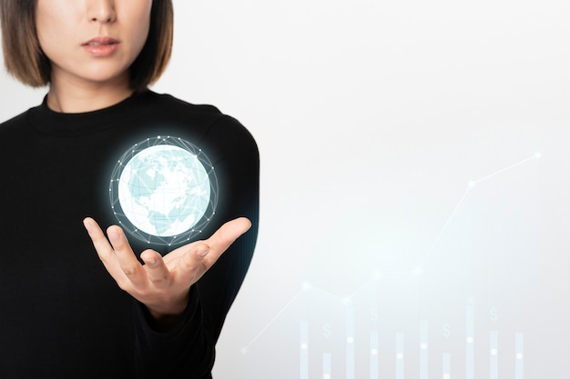 Geschäftsfrau, die einen digital erzeugten hochtechnologie-globus hält