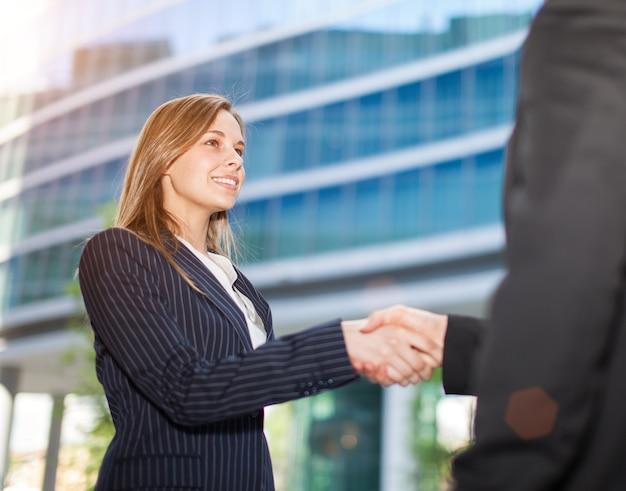 Geschäftsfrau, die einen händedruck gibt