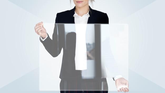 Geschäftsfrau, die einen leeren bildschirm hält
