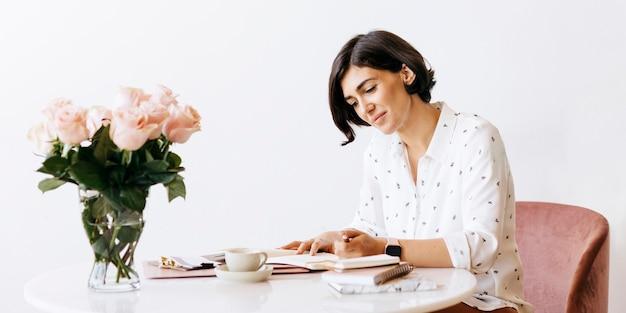 Geschäftsfrau, die einen plan auf einem notizbuch macht
