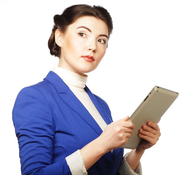 Geschäftsfrau, die einen tablet-computer hält - lokalisiert über einem weißen hintergrund