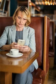 Geschäftsfrau, die entfernt von einem café arbeitet