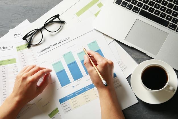 Geschäftsfrau, die finanzplanung tut