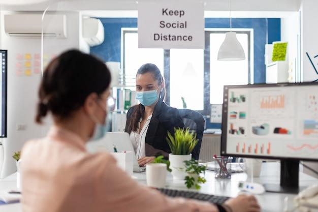Geschäftsfrau, die finanzstrategie auf dem computer eingibt, der an der marketingpräsentation arbeitet
