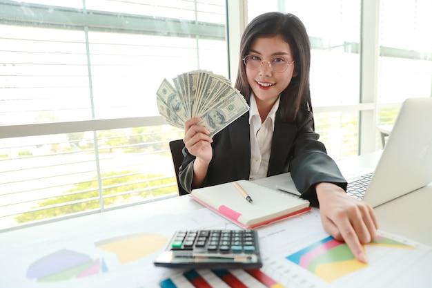 Business-frau hand mit finanziellen charts und handy über ...