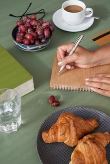 Geschäftsfrau, die frühstückt