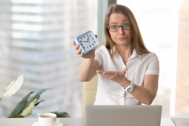 Geschäftsfrau, die für sein spätes arbeiten schalt