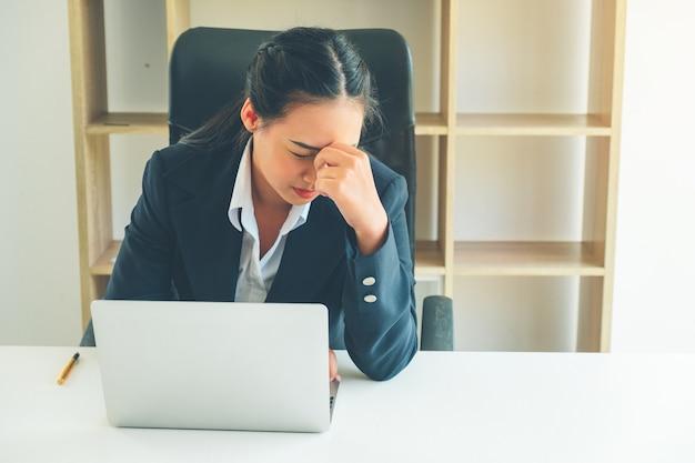 Geschäftsfrau, die für vermarktungsplan im immobilienprojekt denkt