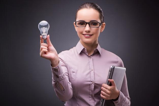 Geschäftsfrau, die glühlampe im kreativitätskonzept hält