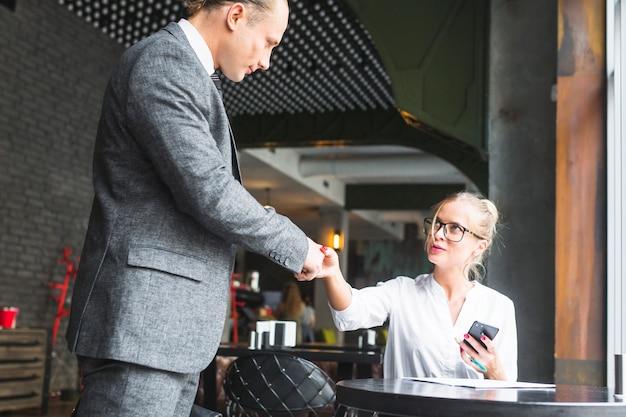 Geschäftsfrau, die hände mit ihrem partner in cafã © rüttelt