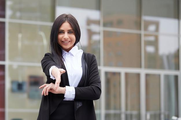 Geschäftsfrau, die händedruck tut