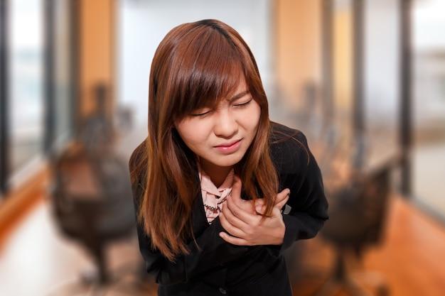 Geschäftsfrau, die herzinfarkt - angina pectoris hat
