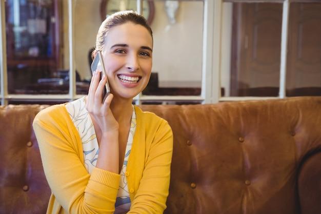 Geschäftsfrau, die ihr telefon benutzt
