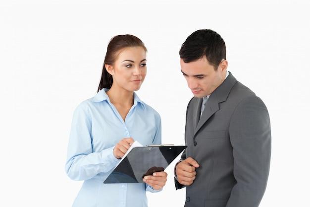 Geschäftsfrau, die ihrem partner daten erklärt