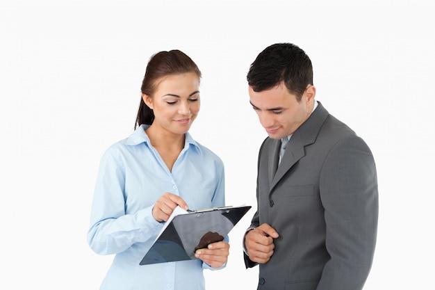 Geschäftsfrau, die ihrem partner daten zeigt
