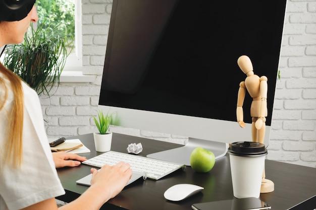 Geschäftsfrau, die ihren computer in einem büro oder zu hause verwendet