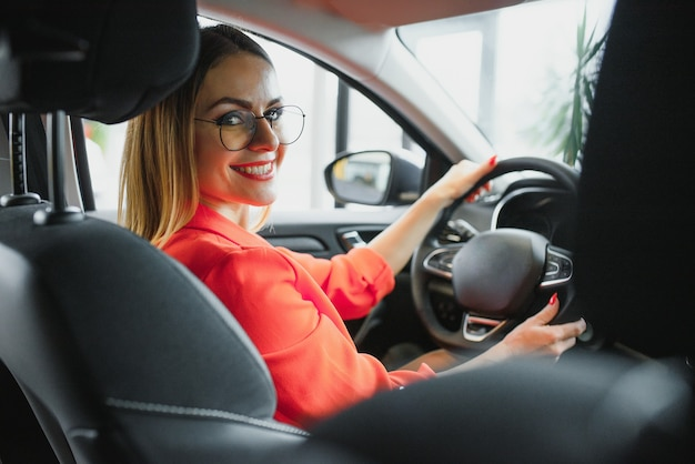 Geschäftsfrau, die ihren neuen sportwagen fährt