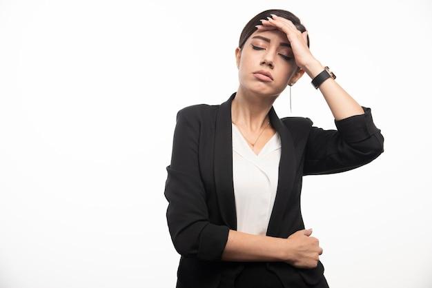 Geschäftsfrau, die im anzug auf einem weißen hintergrund aufwirft. foto in hoher qualität