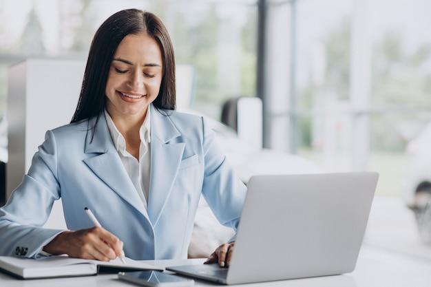 Geschäftsfrau, die im büro am computer arbeitet