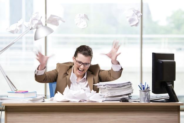 Geschäftsfrau, die im büro arbeitet