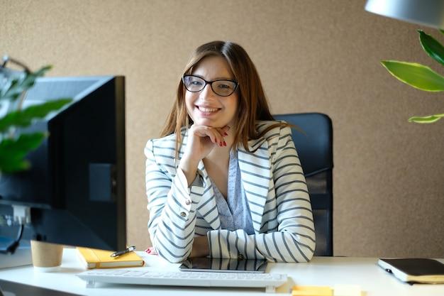 Geschäftsfrau, die im büro aufwirft